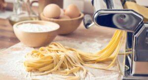 Hoe gebruik je een pastamachine om zelfgemaakte pasta te maken